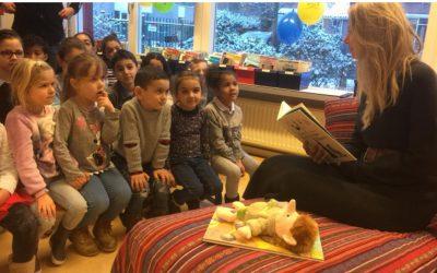 Susan Smit leest voor op Kamperfoelieschool in Huizen